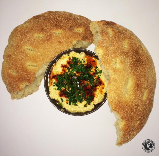 Serviervorschlag Hummus mit Fladenbrot